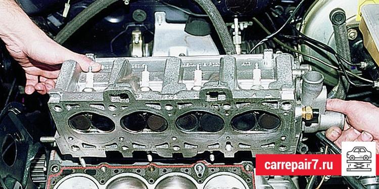 Головка блока цилиндров закреплена на двигателе с помощью болтов