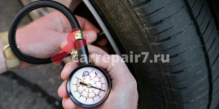 замер стрелочным манометром в шинах автомобиля